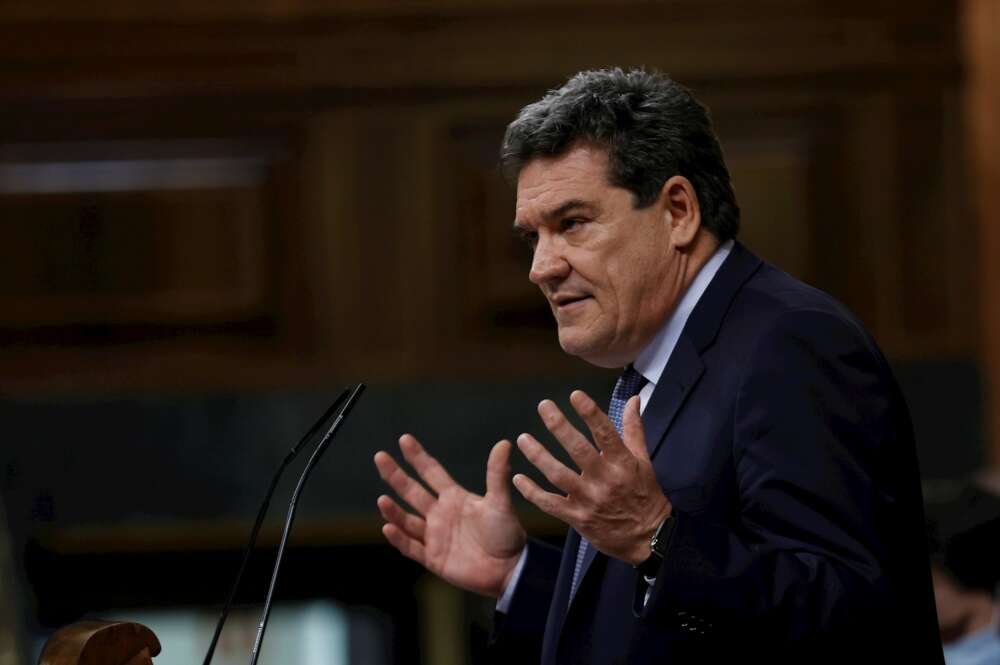 El ministro de Inclusión, Seguridad Social y Miraciones, José Luis Escrivá, durante su intervención en el pleno del Congreso. EFE/Chema Moya