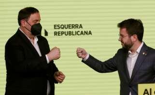 El líder de ERC, Oriol Junqueras, celebra con el candidato Pere Aragonès los resultados de las elecciones catalanas, la noche del 14 de febrero de 2021 | EFE/AE