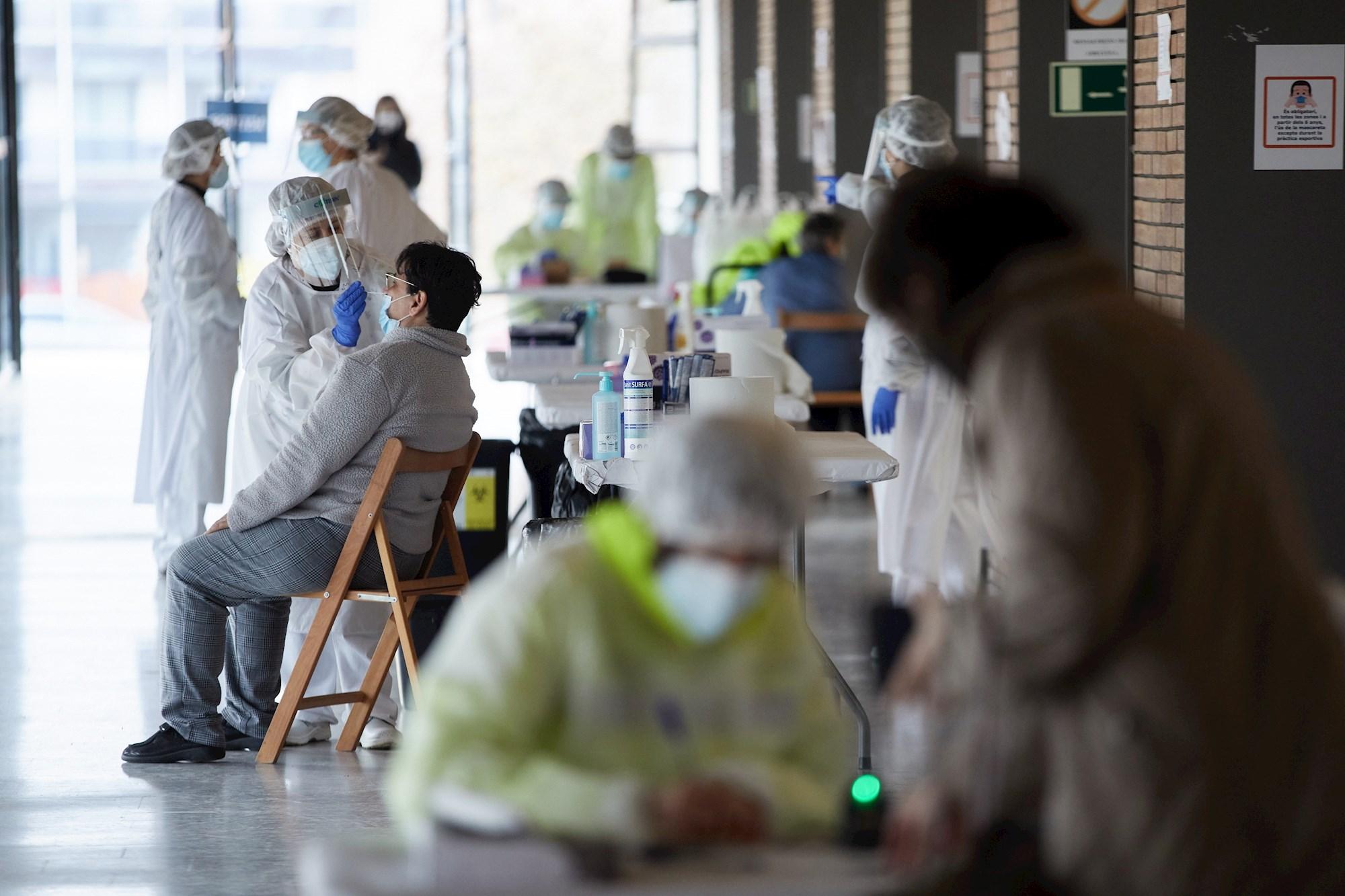 Personal sanitario realiza pruebas PCR para conocer la magnitud de la pandemia en Cataluña. EFE