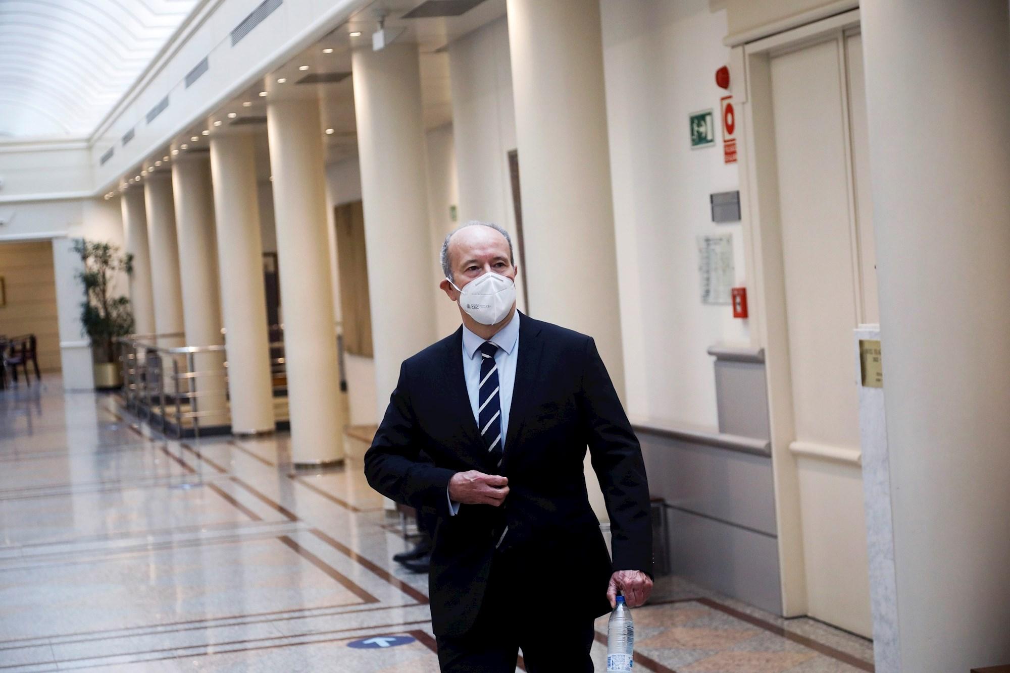 El ministro de Justicia, Juan Carlos Campo, recorre los pasillos del Senado en la última sesión de control al Gobierno. EFE/ David Fernández