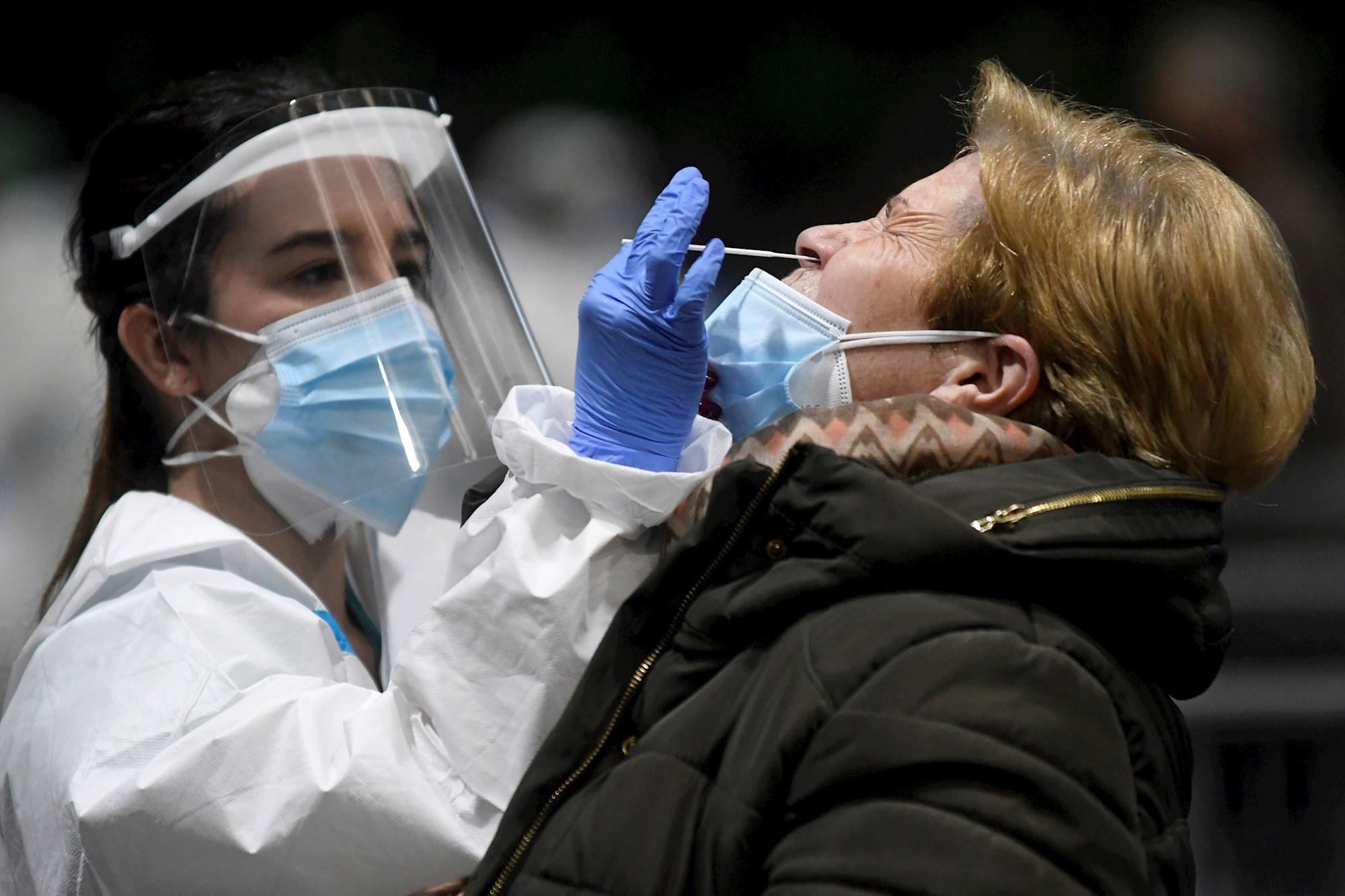 Una ciudadana se somete a un test de antígenos. EFE/Pablo Martín/Archivo