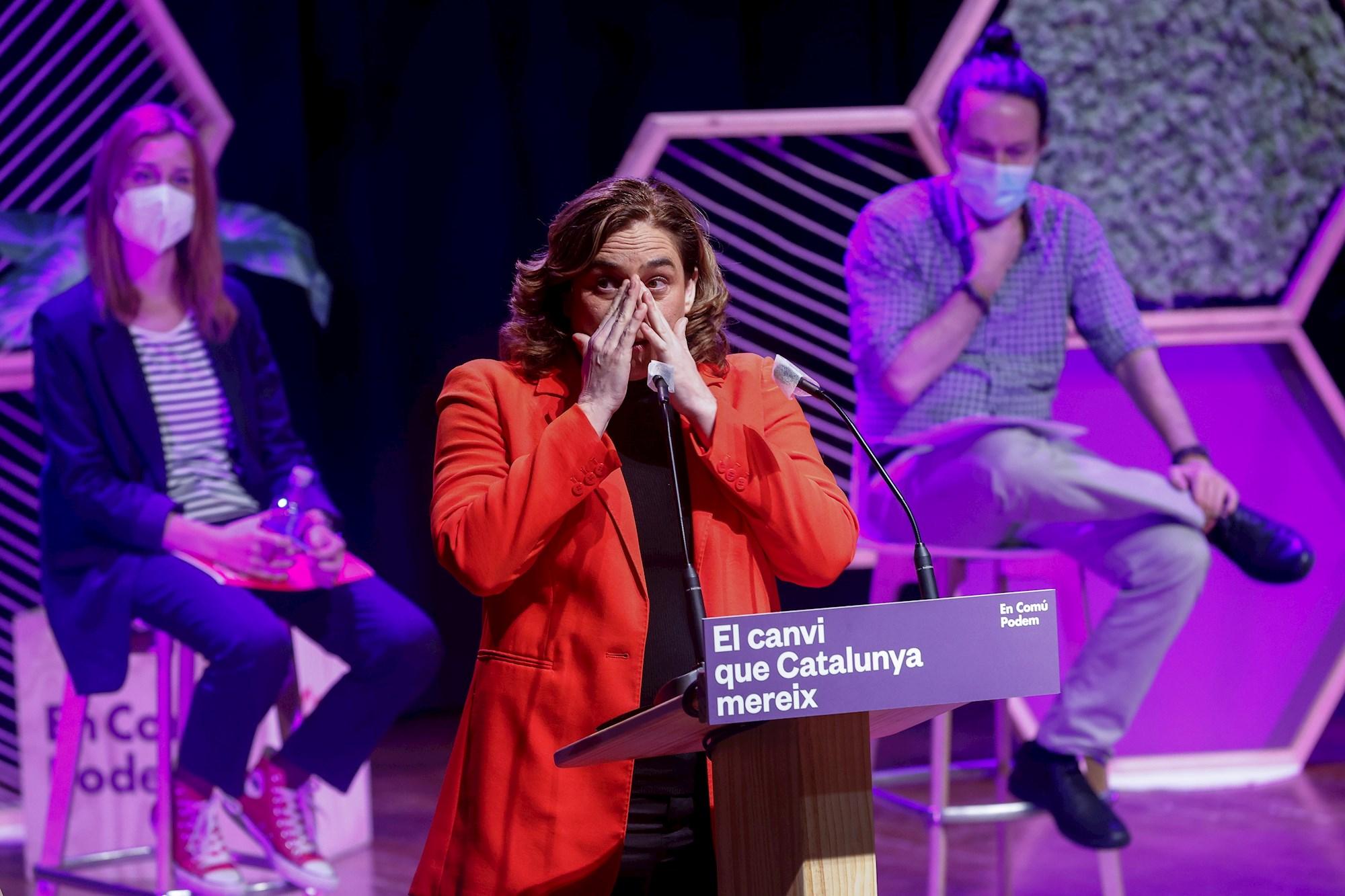La alcaldesa de Barcelona y líder de los comunes, Ada Colau, en el acto final de campaña del 14-F junto a la candidata Jéssica Albiach y el líder de Podemos y vicepresidente segundo del Gobierno, Pablo Iglesias, el 12 de febrero de 2021 en Barcelona | EFE/QG