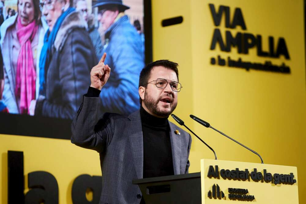 El candidato de ERC a la Generalitat, Pere Aragonès, pronuncia un discurso durante el acto de campaña de la formación celebrado este lunes en Hospitalet de Llobregat (Barcelona). EFE/ Alejandro García