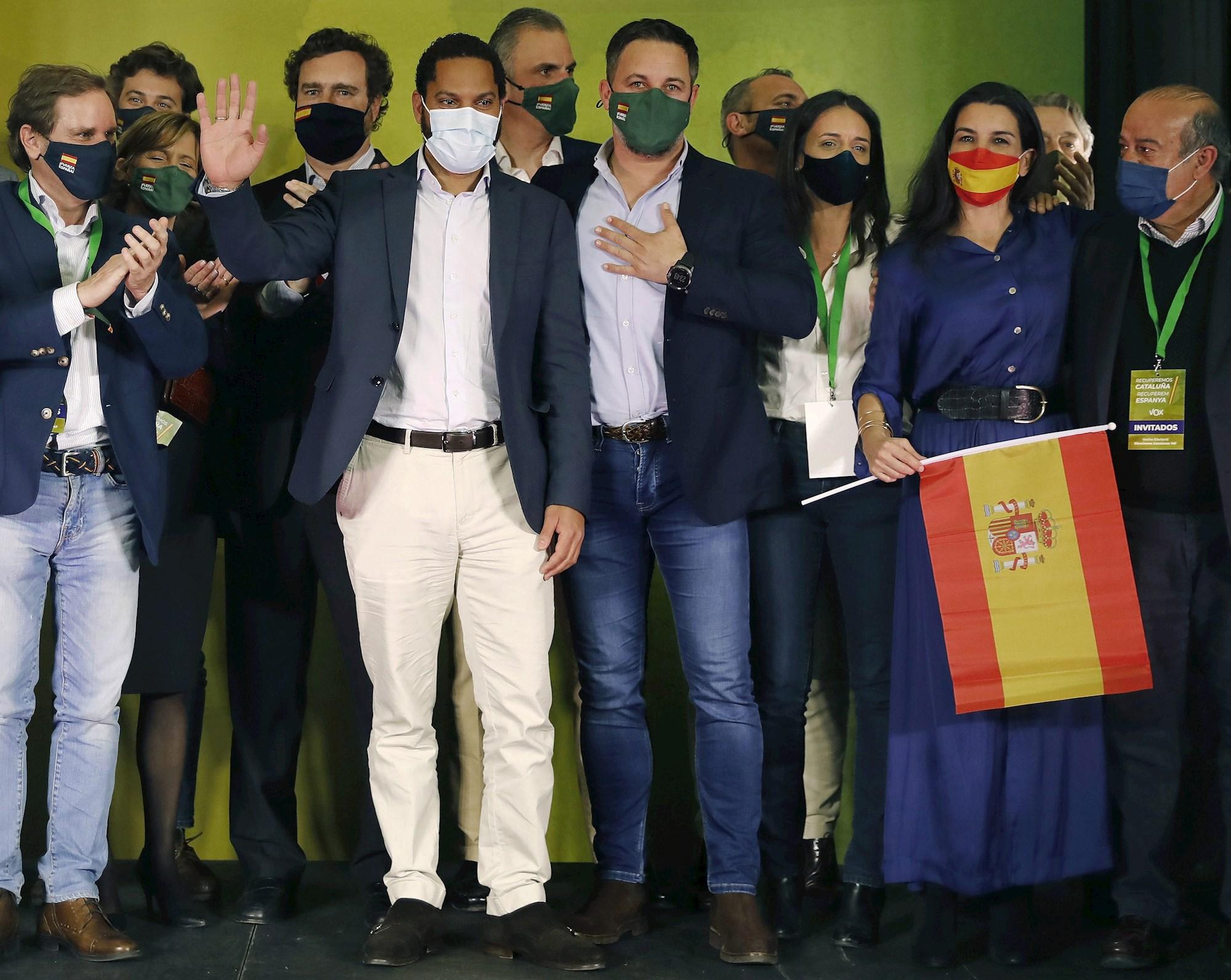El candidato de Vox, Ignacio Garriga, y el presidente del partido, Santiago Abascal, entre otros, celebran los resultados obtenidos en las elecciones catalanas del 14 de febrero de 2021 | EFE/AD