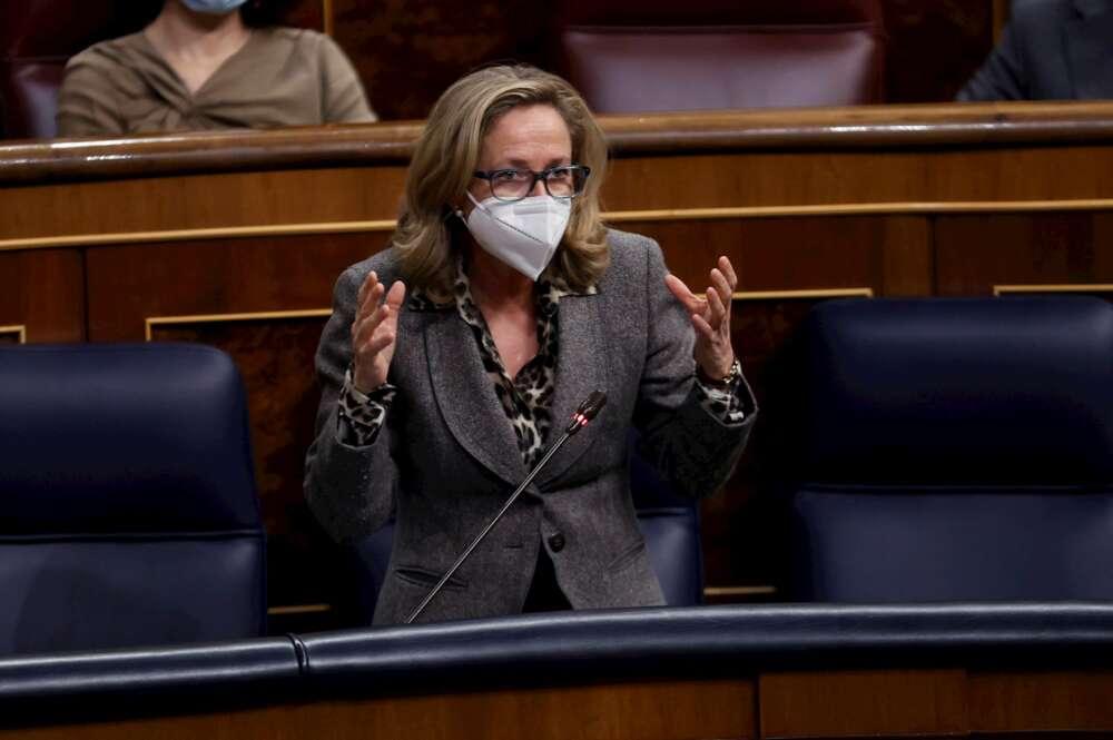 La ministra de Economía, Nadia Calviño, interviene durante la sesión de control al Gobierno en el Congreso. Foto: EFE/Chema Moya.