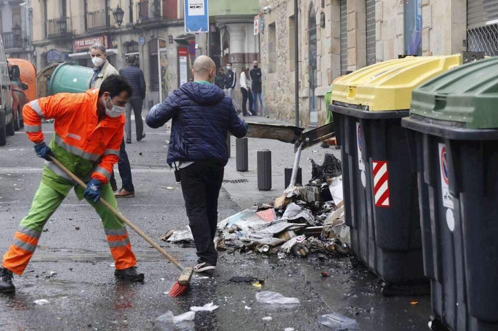 Operarios de la limpieza limpian el casco viejo bilbaino, tras los incidentes al finalizar la manifestación que ha recorrido este domingo las calles de Bilbao para reclamar la salida de prisión del rapero Pablo Hasél. EFE/LUIS TEJIDO.