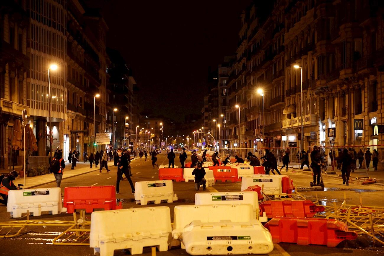 Centenares de personas se han manifestado hoy sábado en Barcelona para reclamar la libertad de Pablo Hasel, tras el llamamiento de la CUP. EFE/Alejandro García