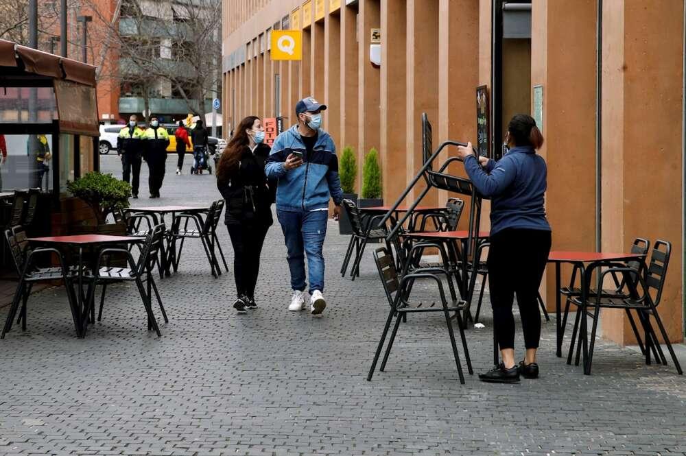 Una camarera prepara la terraza de un restaurante en L´Hospitalet de Llobregat. EFE/Toni Albir/Archivo