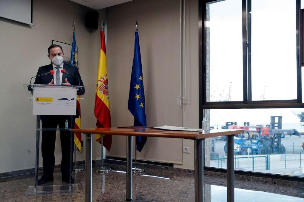 El ministro de Transportes, Movilidad y Agenda Urbana, José Luis Ábalos tras visitar las obras de acceso ferroviario al Puerto de Sagunto. EFE/ Manuel Bruque