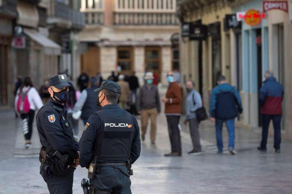 Varios policías vigilan las calles del centro histórico de Málaga que ha cerrado toda su actividad no esencial por el coronavirus. EFE/Daniel Pérez
