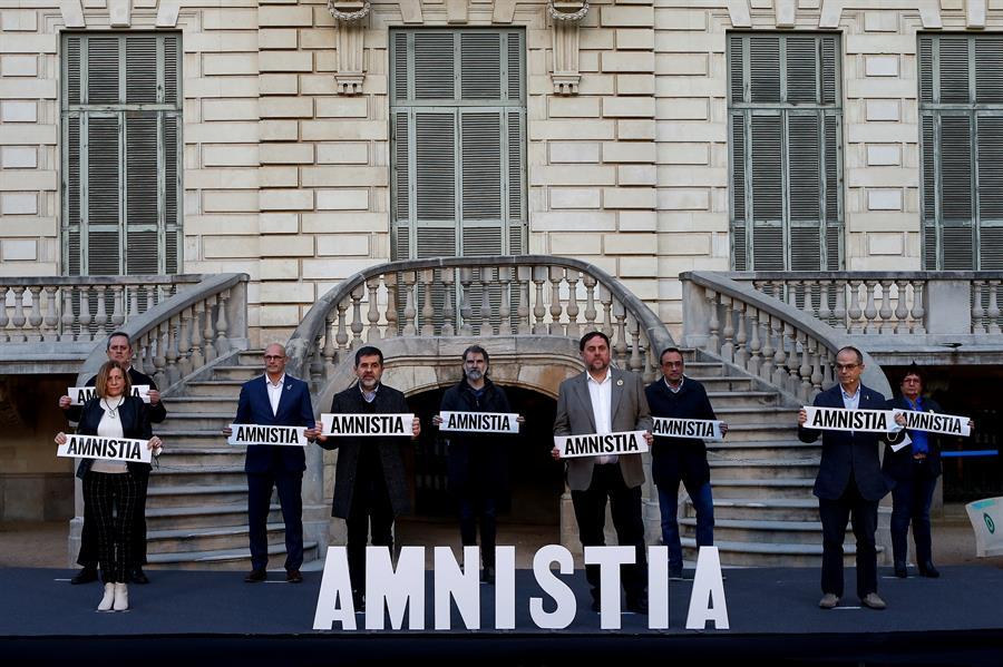Los presos del procés: Oriol Junqueras (4d), Jordi Sànchez (4i), Jordi Cuixart (c), Raül Romeva (3i), Josep Rull (3d), Joaquim Forn (i), Jordi Turull (2d), Carme Forcadell (2i) y Dolors Bassa (d), durante la lectura de una declaración conjunta por la amnistía en un acto unitario organizado por Omnium Cultural, celebrado este lunes en Barcelona. EFE/Quique Garcia