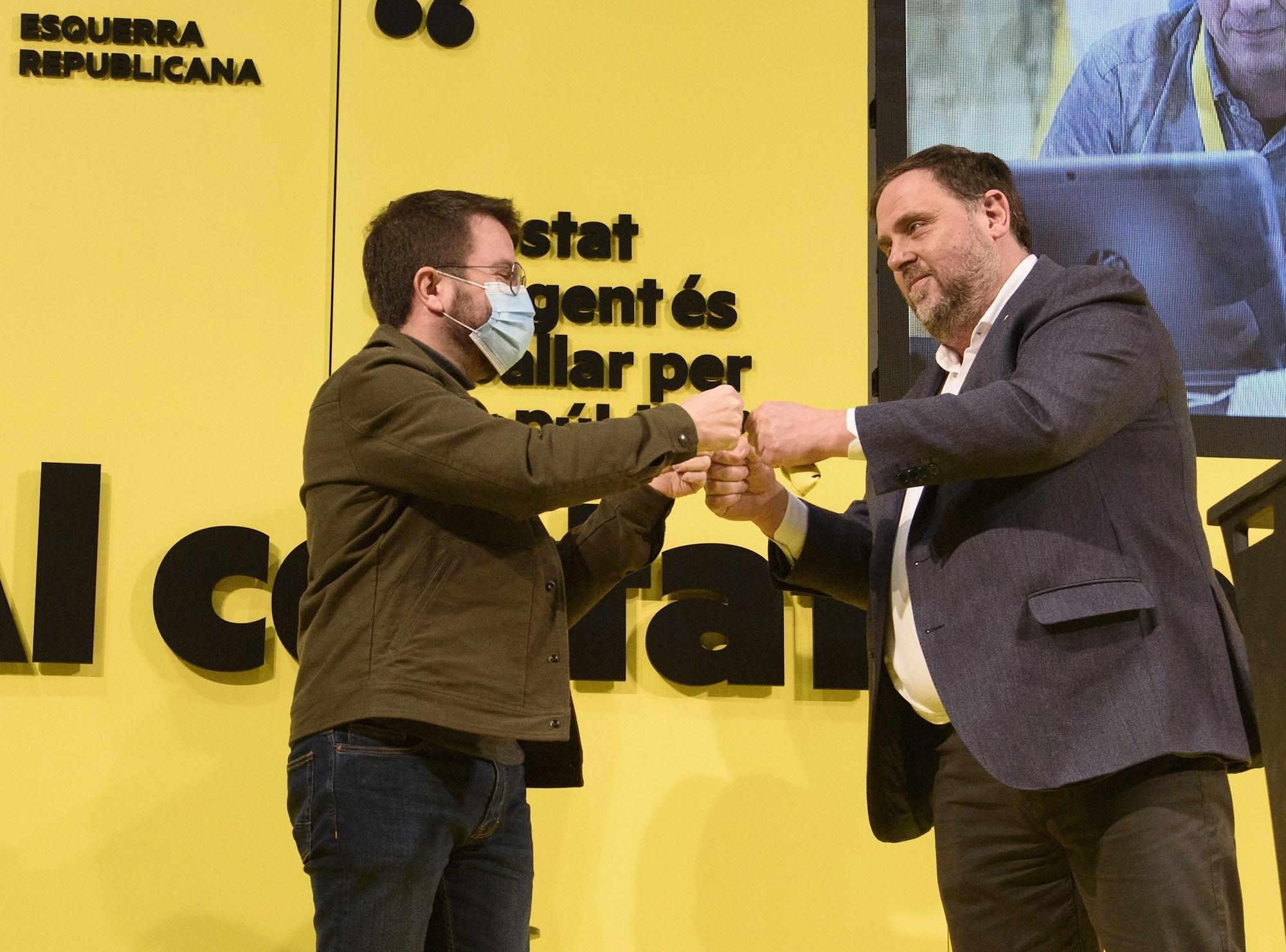 El líder de ERC, Oriol Junqueras (d), saluda al vicepresidente del Govern y candidato de ERC, Pere Aragonès, durante el acto electoral que la formación republicana celebra hoy jueves en el pabellón de Els Magraners de Lleida. EFE/Ramón Gabriel