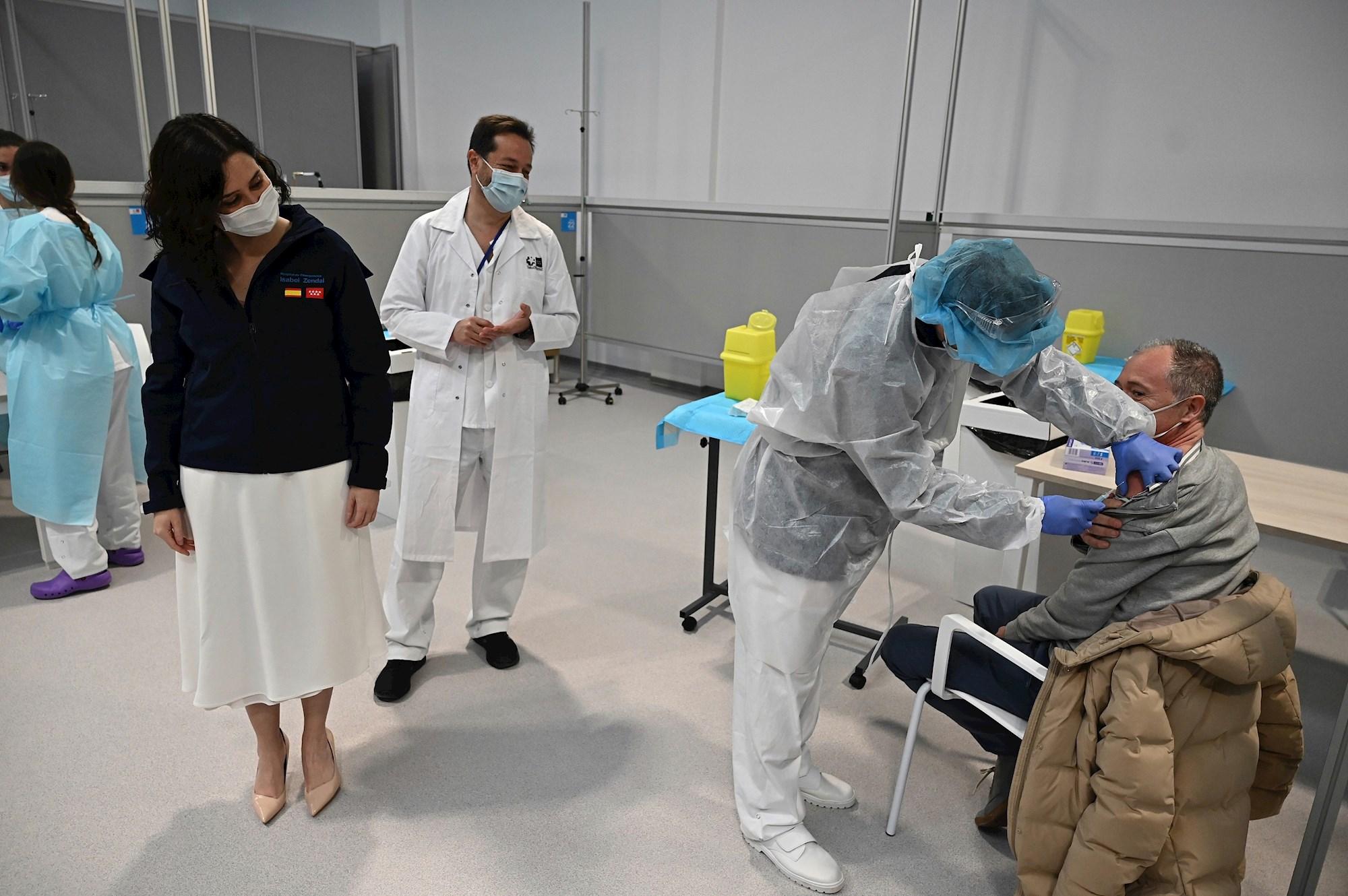 La presidenta de la Comunidad de Madrid, Isabel Díaz Ayuso (i), asiste al inicio del proceso de vacunación contra la covid-19 que se pone en marcha en el pabellón 3 del hospital Enfermera Isabel Zendal, este martes en Madrid. EFE/ Fernando Villar