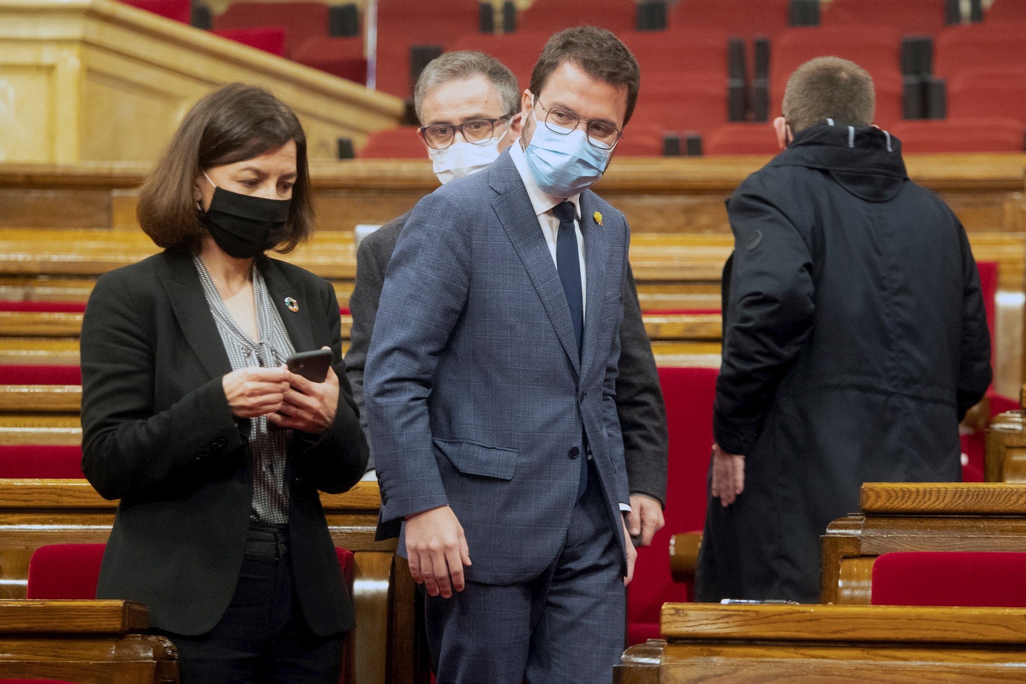 El vicepresidente en funciones del Govern y candidato de ERC a presidente de la Generalitat, Pere Aragonès, junto a la diputada del PSC, Eva Granados, durante la sesión de la Diputación Permanente del Parlament, el 24 de febrero de 2021 | EFE/MP