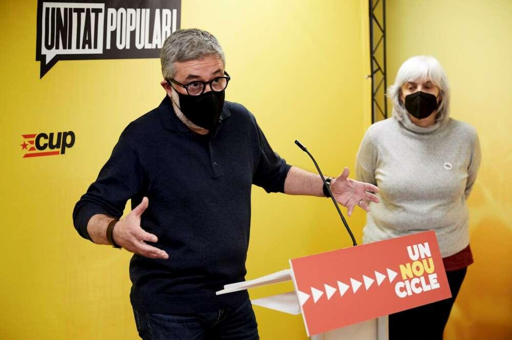 Los candidatos de la CUP a las elecciones catalanas del 14-F, Carles Riera y Dolors Sabater, en una rueda de prensa en Barcelona, el 16 de febrero de 2021   EFE/AG