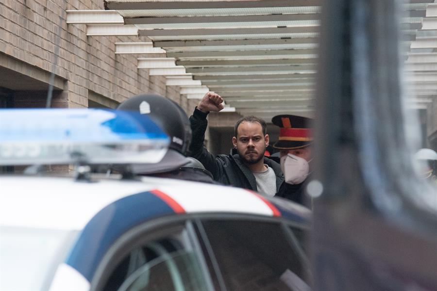 Los Mossos de Esquadra han detenido hacia las 8.25 horas de este martes a Pablo Hasel, el rapero condenado a 9 meses de prisión por enaltecimiento del terrorismo- EFE/Ramón Gabriel