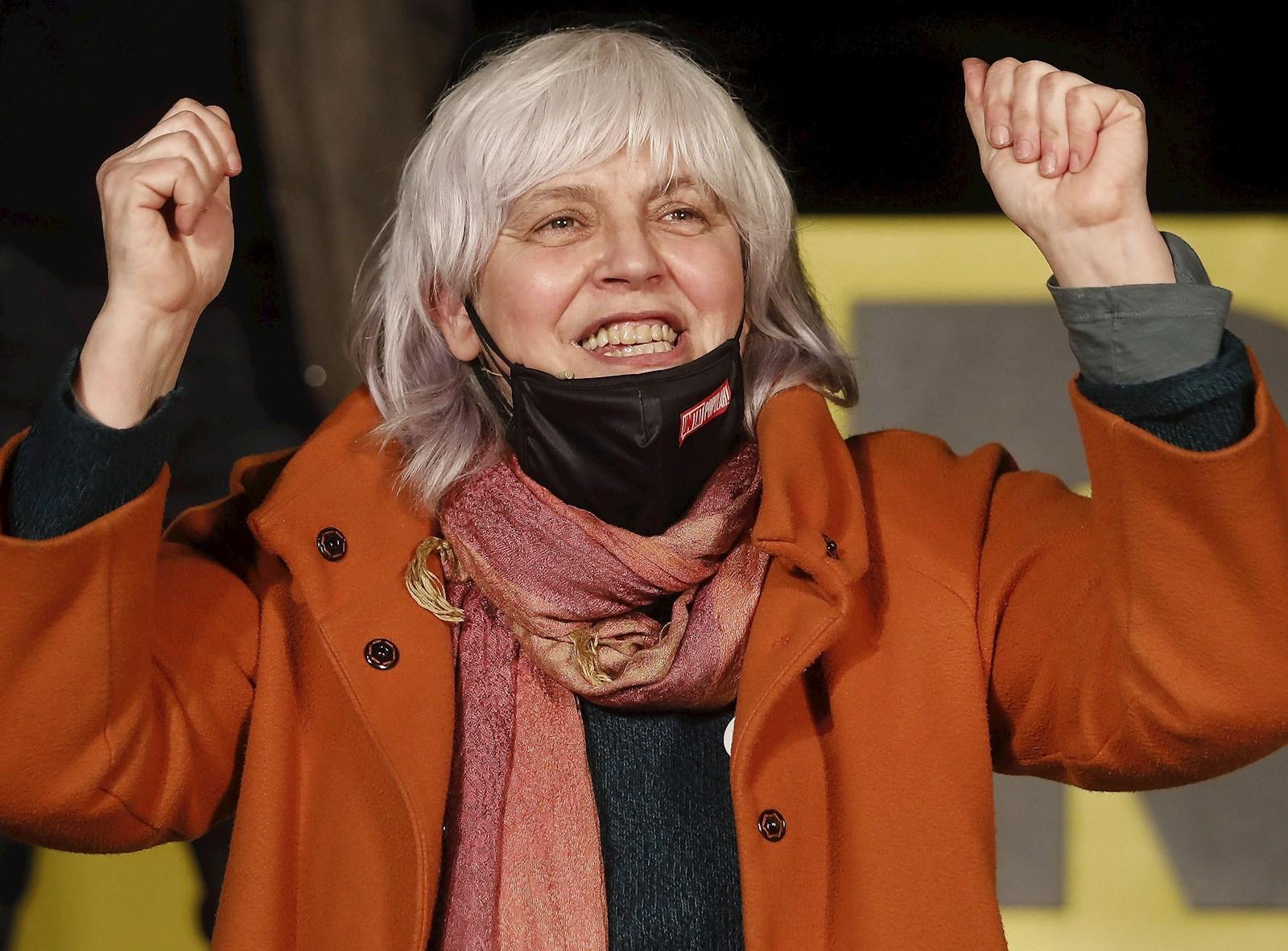 La candidata de la CUP a la presidencia de la Generalitat, Dolors Sabater, durante el acto final de campaña de las elecciones catalanas del 14F que su partido celebra este viernes en Barcelona. EFE/Andreu Dalmau