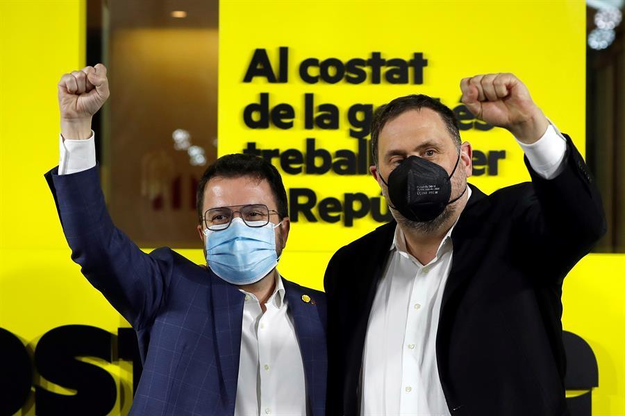 El candidato de ERC a la presidenta de la Generalitat, Pere Aragonès, junto al líder del partido, Oriol Junqueras, en la noche electoral de Esquerra Republicana / EFE