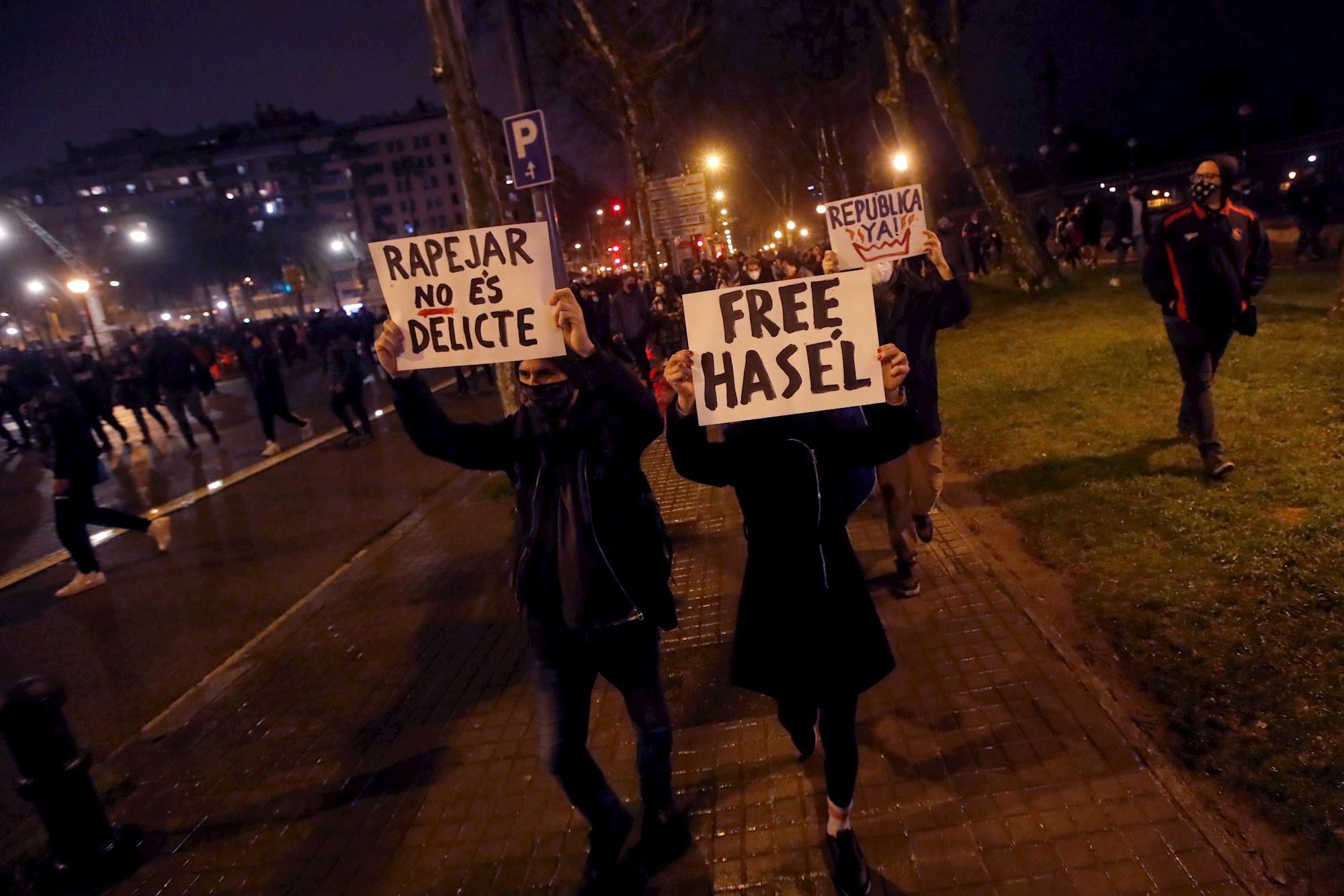 Manifestantes portan pancartas durante una nueva manifestación por la libertad de Pablo Hasel por séptimo día consecutivo en Barcelona. EFE/Marta Pérez