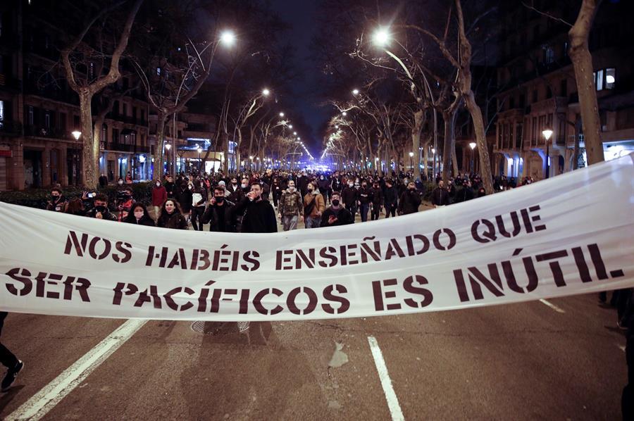 Varios centenares de personas, congregadas en el exterior de la estación de Sants de Barcelona para participar en una nueva manifestación por la libertad de Pablo Hasel