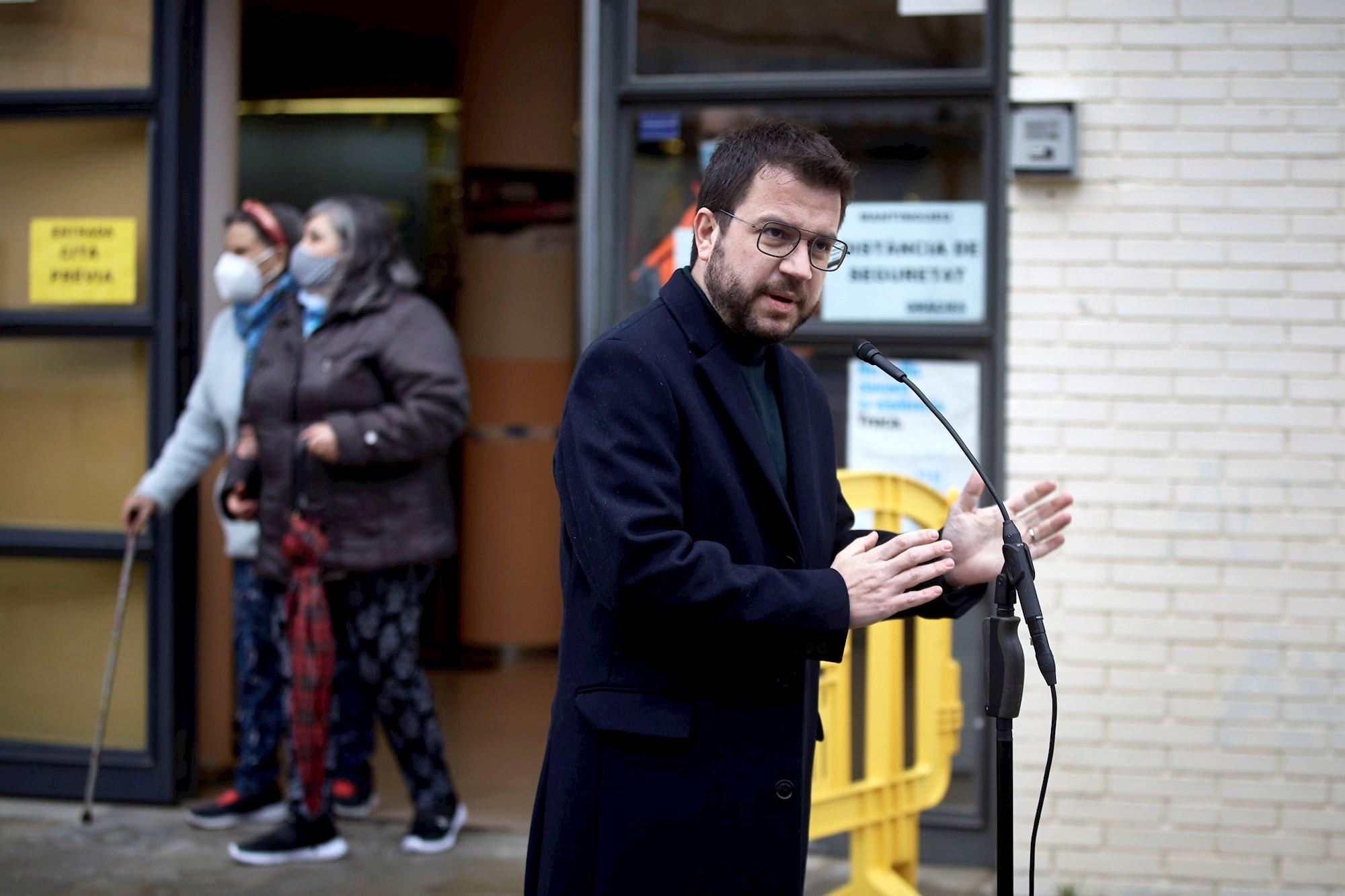 El candidato de ERC a las elecciones catalanas, Pere Aragonès, en una comparecencia después de votar el 14 de febrero de 2021 en Pineda del Mar (Barcelona) | EFE/DB