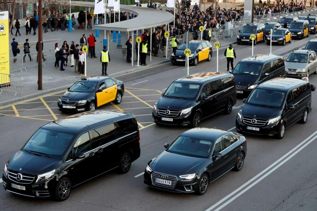 Conductores de taxi esperan para trasladar a los pasajeros del Congreso Mundial de Móviles de 2019 en pleno debate por el uso de Uber. EFE