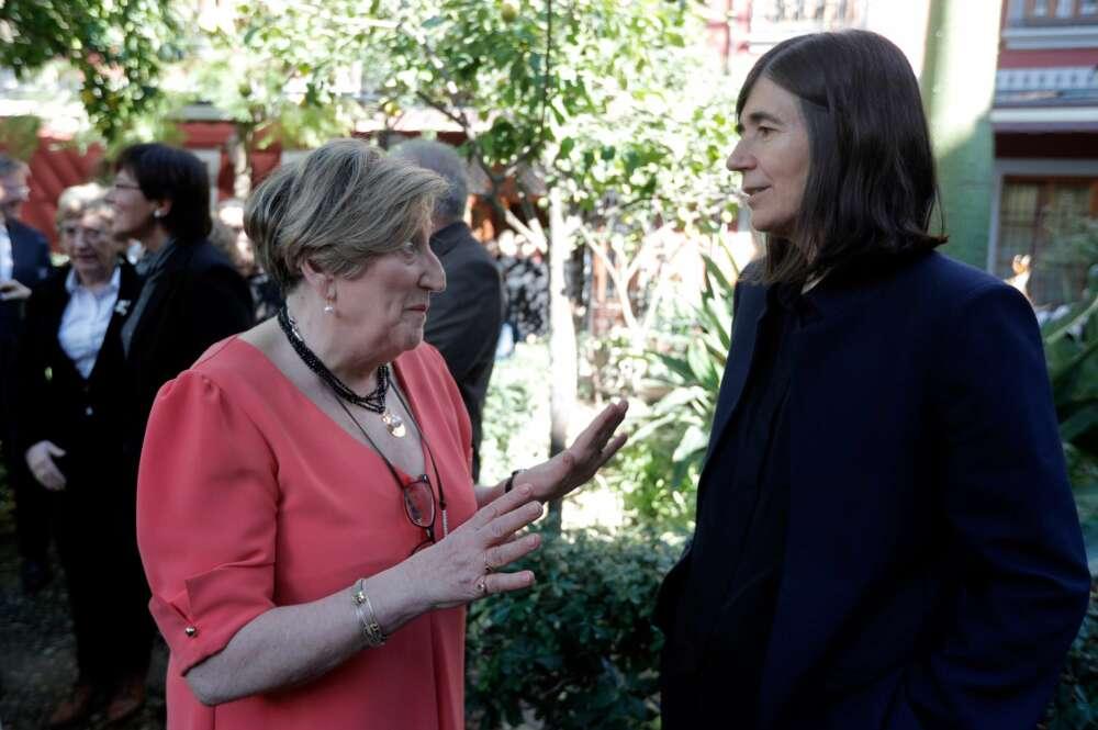 Las oncólogas María Blasco (d) y Ana Lluch (i), conversan tras el homenaje a la investigadora Margarita Salas.EFE/Kai Försterling