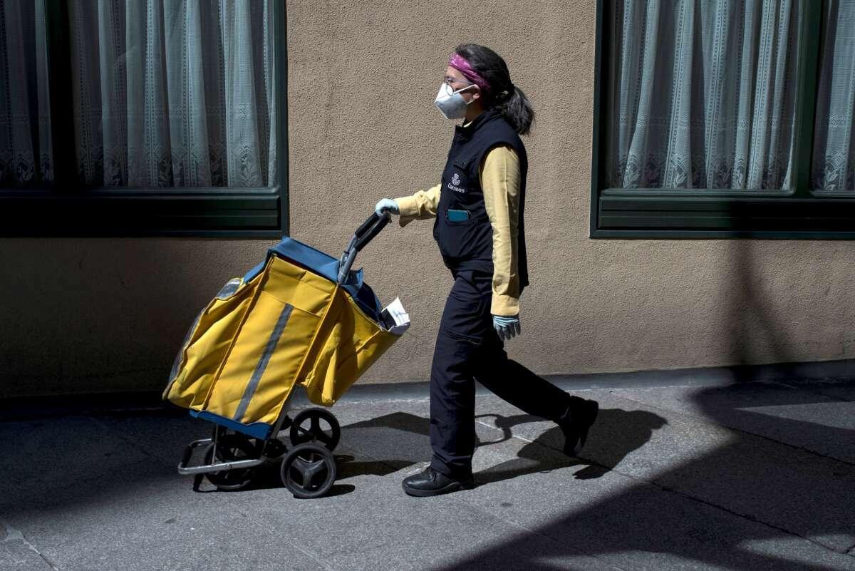 Una trabajadora de Correos en abril de 2020 en Ourense. EFE