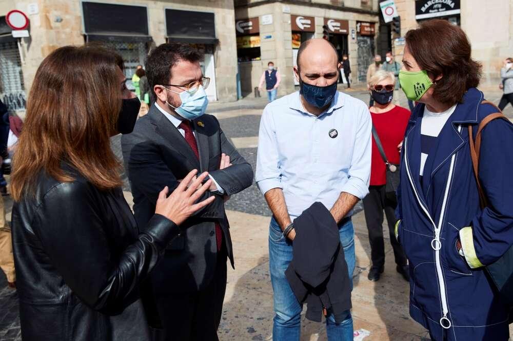 La presidenta de la ANC, Elisenda Paluzie (derecha), departe con la portavoz del Govern, Meritxell Budó (JxCat), el vicepresidente catalán Pere Aragonès (ERC) y el vicepresidente de Òmnium, Marcel Mauri, durante una manifestación independentista en Barcelona, el 28 de octubre de 2020   EFE/AG/Archivo