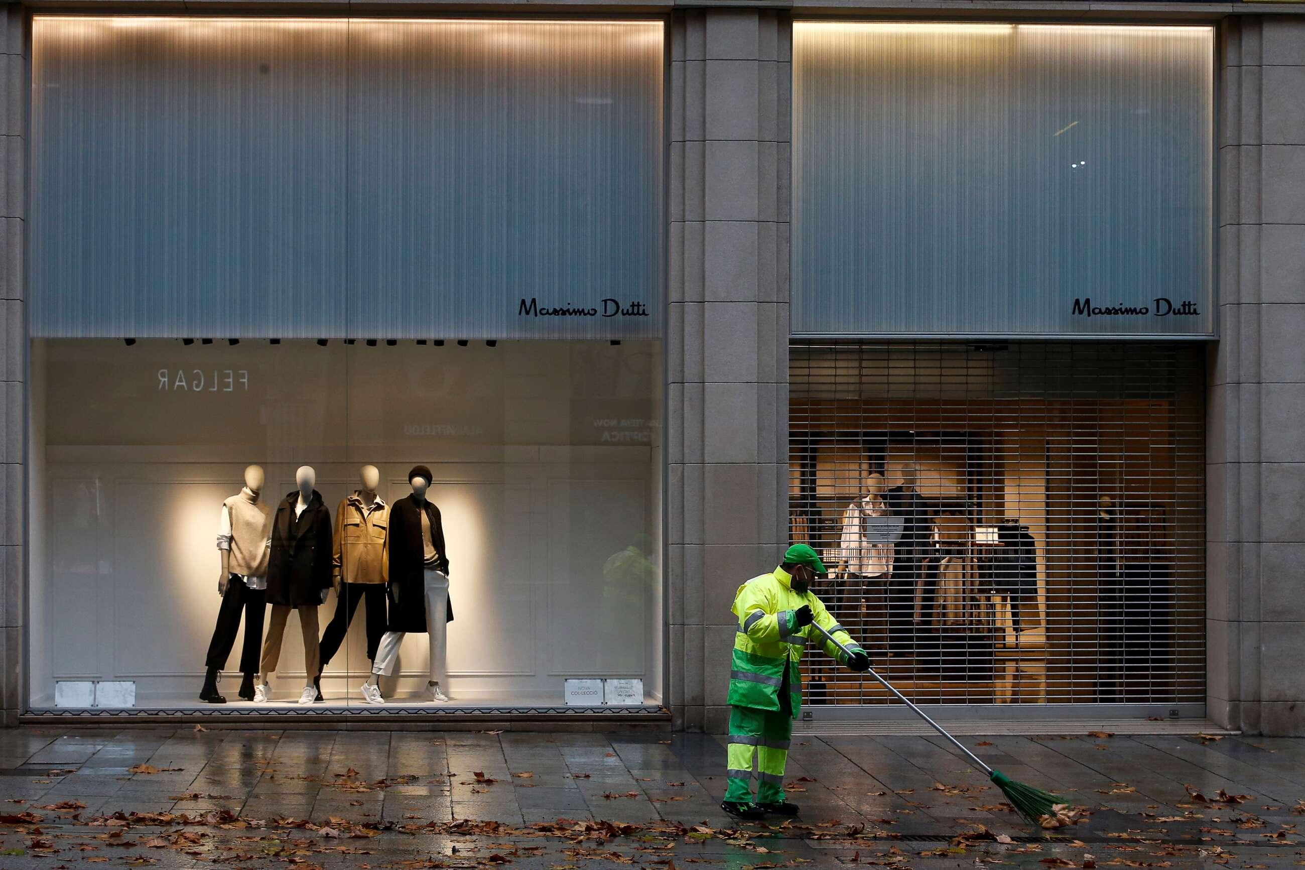 Aspecto de la la céntrica calle comercial del Portal del Ángel de Barcelona en el primer fin de semana de las rebajas de enero, marcado por las restricciones sanitarias y el temporal. EFE/Quique García