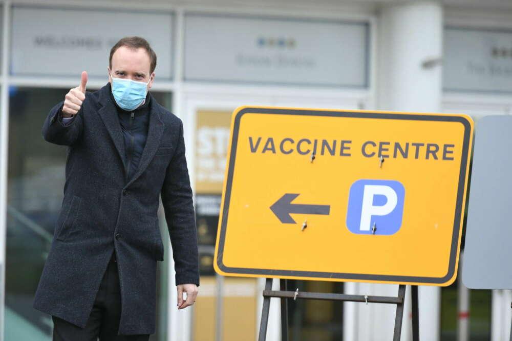 El ministro de Sanidad de Reino Unido, Matt Hancock, levanta el pulgar a su al centro de vacunación instalado en el Hipódromo de Epsom, en Surrey. EFE