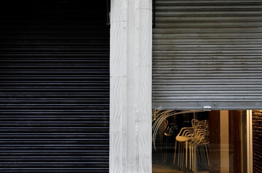 Sillas vacías en un restaurante de Valencia afectado por las restricciones del coronavirus. EFE/Ana Escobar