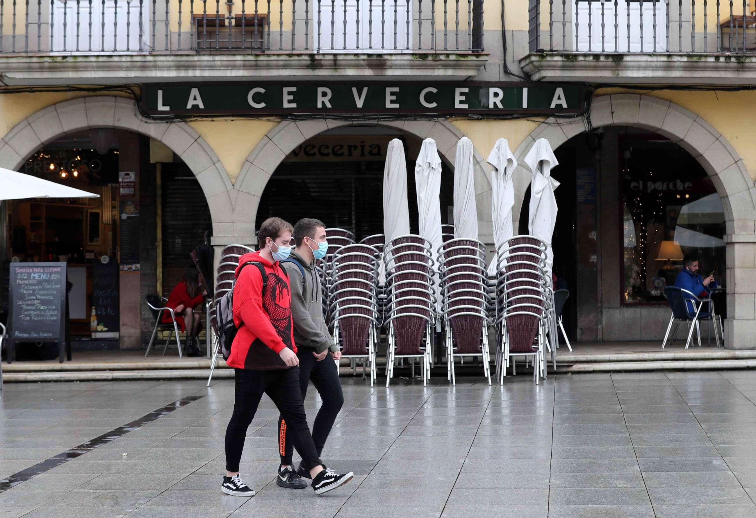Aspecto de las terrazas de los bares cerradas en el centro de Avilés por las restricciones del coronavirus. EFE/J.L.Cereijido