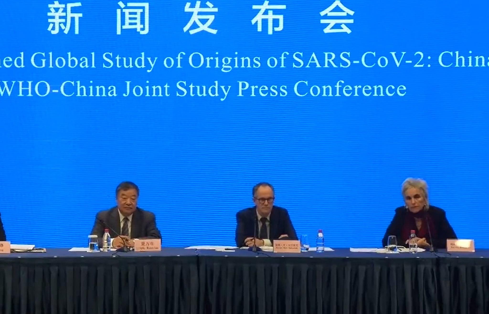 Captura del video facilitado por la OMS de la comparecencia de prensa de los responsables de la misión de la organización que ha investigado el origen de la covid-19 en Wuhan, China.EFE/EPA/WHO HANDOUT