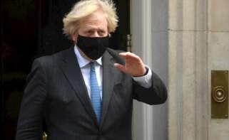 El primer ministro británico, Boris Johnson, sale de su residencia oficial en Downing Street. EFE