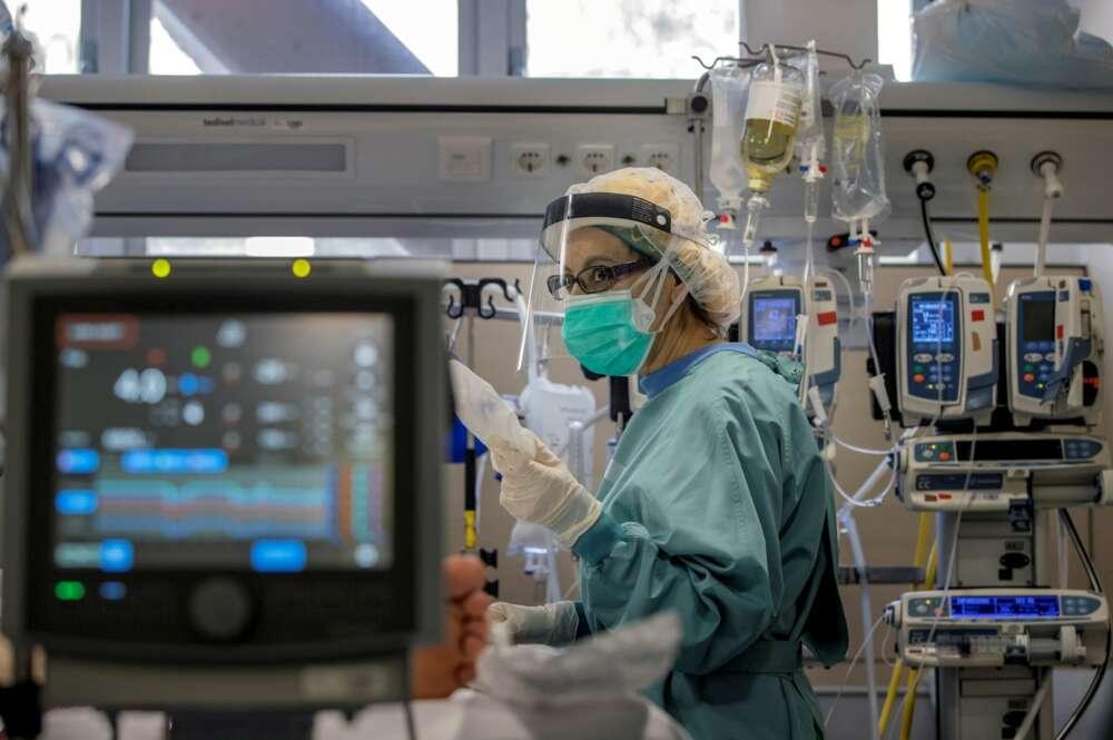 Una profesional sanitaria trabaja en la UCI del Hospital Vall d'Hebron de Barcelona. EFE/Alberto Estévez/Archivo