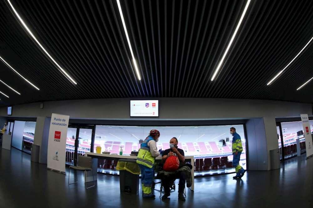 Personal del Summa 112 participa de la vacunación de policías locales y efectivos de los cuerpos de Emergencias en el estadio Wanda Metropolitano de Madrid. EFE/David Fernández