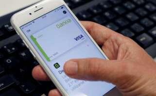 Un usuario gestiona su cuenta bancaria a través del dispositivo móvil. EEFE/Chema