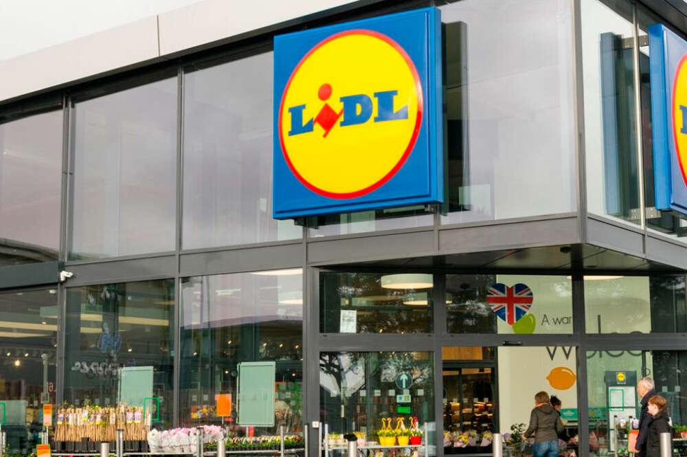 Establecimiento de Lidl que comercializa su plancha de pelo con 7 accesorios por 19,99 euros