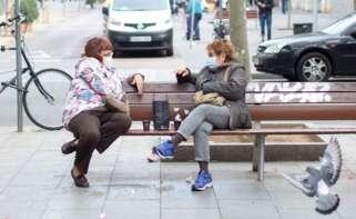 Dos mujeres conversan tomando café en un banco del barrio del Poblenou de Barcelona. EFE/Marta Pérez/Archivo
