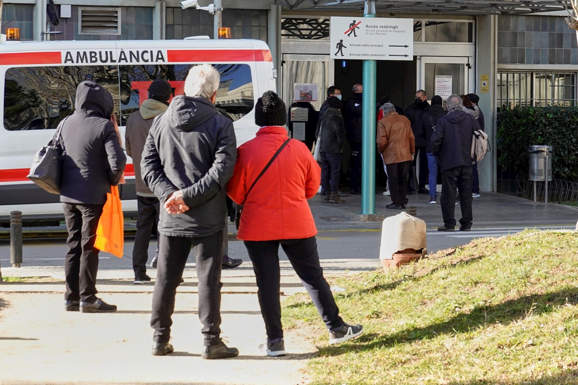 Varias personas esperan a ser atendidas en el Hospital Duran i Reynals en Barcelona. EFE/Alejandro García/Archivo