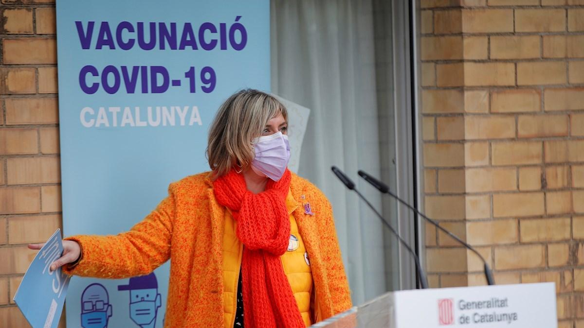La 'consellera' de Salud, Alba Vergés, tras la vacunación en la residencia Feixa Llarga de L'Hospitalet de Llobregat, el domingo. / EFE / ALEJANDRO GARCÍA