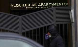 Anuncio de una empresa de alquiler de apartamentos./ EFE