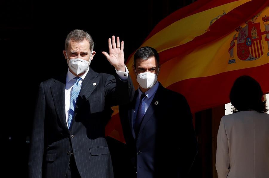 El rey Felipe VI, y el presidente del Gobierno, Pedro Sánchez, a su llegada a la ceremonia que se celebra, este martes, en el Congreso de los Diputados con motivo del 40 aniversario del 23F. EFE/Chema Moya