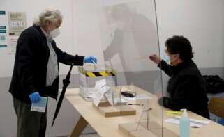 Un votante deposita su voto en un colegio electoral en la calle Balmes de Barcelona, este domingo, durante las elecciones para elegir a los 165 diputados del Parlament. EFE/Toni Albir