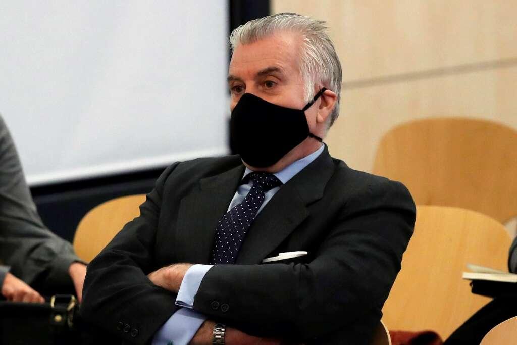 El extesorero del PP, Luis Bárcenas, sentado en el banquillo de los acusados durante la primera sesión del juicio de 'los papeles de Bárcenas', el 8 de febrero de 2021 en la Audiencia Nacional de San Fernando de Henares   EFE/JCH