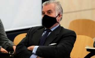 El extesorero del PP, Luis Bárcenas, sentado en el banquillo de los acusados durante la primera sesión del juicio de 'los papeles de Bárcenas', el 8 de febrero de 2021 en la Audiencia Nacional de San Fernando de Henares | EFE/JCH