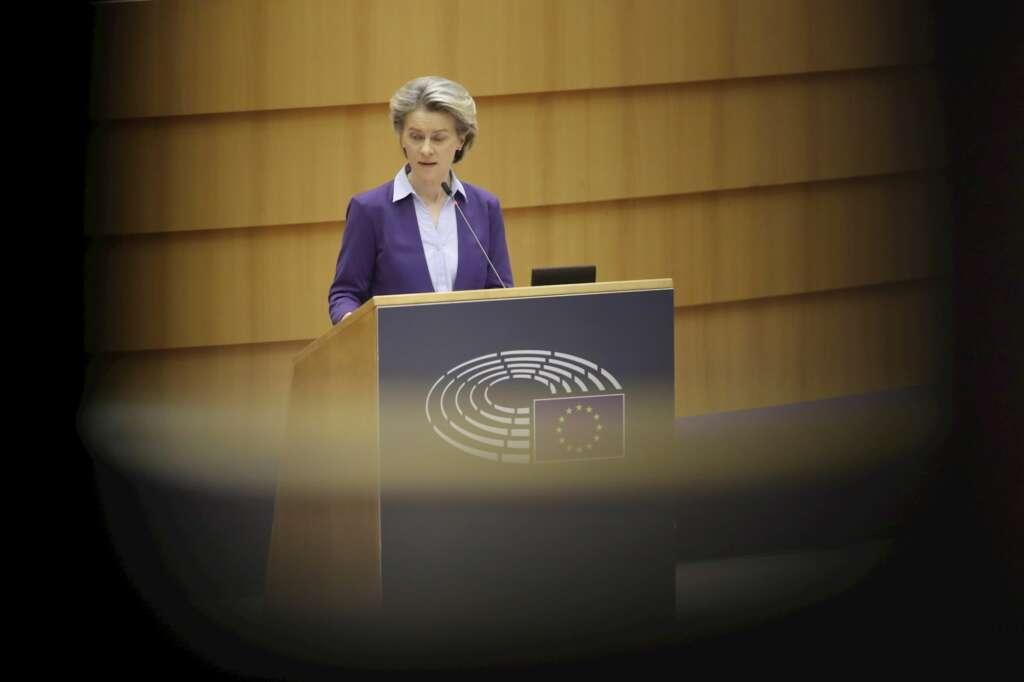 La presidenta de la Comisión Europea, Ursula Von der Leyen, da explicaciones sobre la campaña de vacunación en la Eurocámara. EFE/Olivier Hoslet