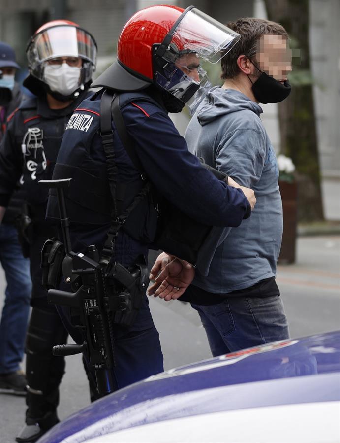 Agentes de la ertzaintza con un detenido tras los incidentes al finalizar la manifestación que ha recorrido este domingo las calles de Bilbao para reclamar la salida de prisión del rapero Pablo Hasel. EFE/ Luis Tejido