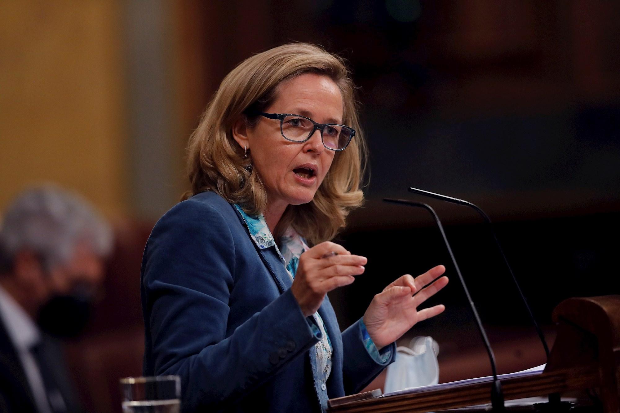 La vicepresidenta tercera y ministra de Asuntos Económicos, Nadia Calviño, interviene durante la sesión de control del 17 de febrero de 2021 en el Congreso | EFE/JCH